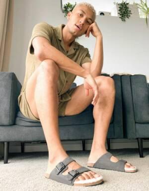 ASOS DESIGN - Sandalen met gesp en voering van imitatiebont in grijs